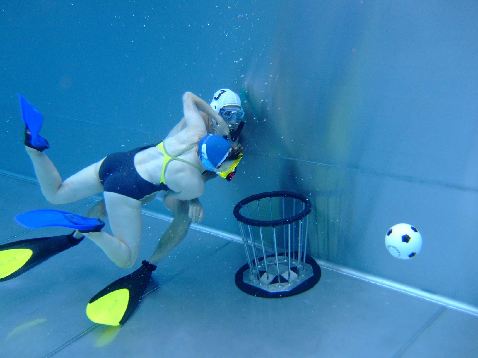 Unterwasser Rugby Spieler rangeln unterwasser am Korb